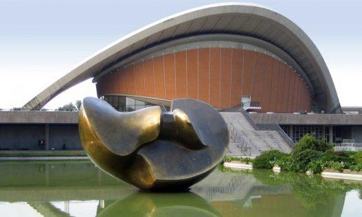 """Henry Moore (1898–1986): """"Large Divided Oval: Butterfly"""" (1987) Bronze – Vor der Kongresshalle"""